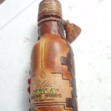 Coleccionismo de vinos y licores: BOTELLA PEQUEÑA DE LICOR PERUANO NUEVA ESTA TODA FORRADA DE PIEL DIFICIL. Lote 27616723