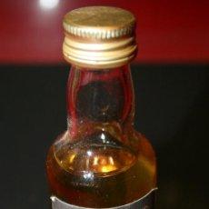 Coleccionismo de vinos y licores: BOTELLITA DE CRISTAL SCOTCH WHISKY THE MACPHAIL'S - 12 CM. - LLENA SIN ABRIR. Lote 35559319