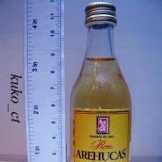 Coleccionismo de vinos y licores: BOTELLITA BOTELLIN RON AREHUCAS ORO DESTILERIAS AREHUCAS ARUCAS ISLAS CANARIAS. Lote 43445319