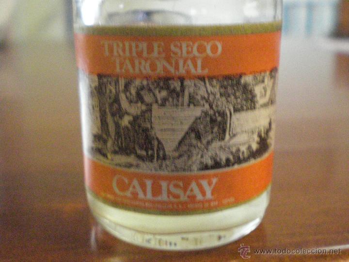 Coleccionismo de vinos y licores: CALISAY. TRIPLE SECO TARONJAL. ANTIGUA PEQUEÑA BOTELLA CRISTAL. SELLO FISCAL IMPUESTO ALCOHOL 50 CTS - Foto 2 - 46721840