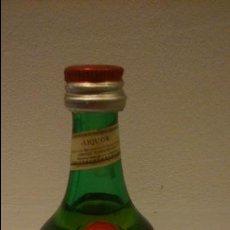 Coleccionismo de vinos y licores: ANTIGUO BOTELLIN LICOR BENEDICTINE. LIQUOR ANTICUORUM MONACHORUM BENEDICTINORUM. LLENO SIN ABRIR. Lote 48635667