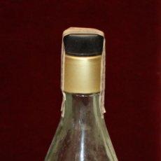 Coleccionismo de vinos y licores: ANTIGUA BOTELLA DE RON COBRIZO DE DESTILERIAS DEL VALLES (DEVA). Lote 145237077