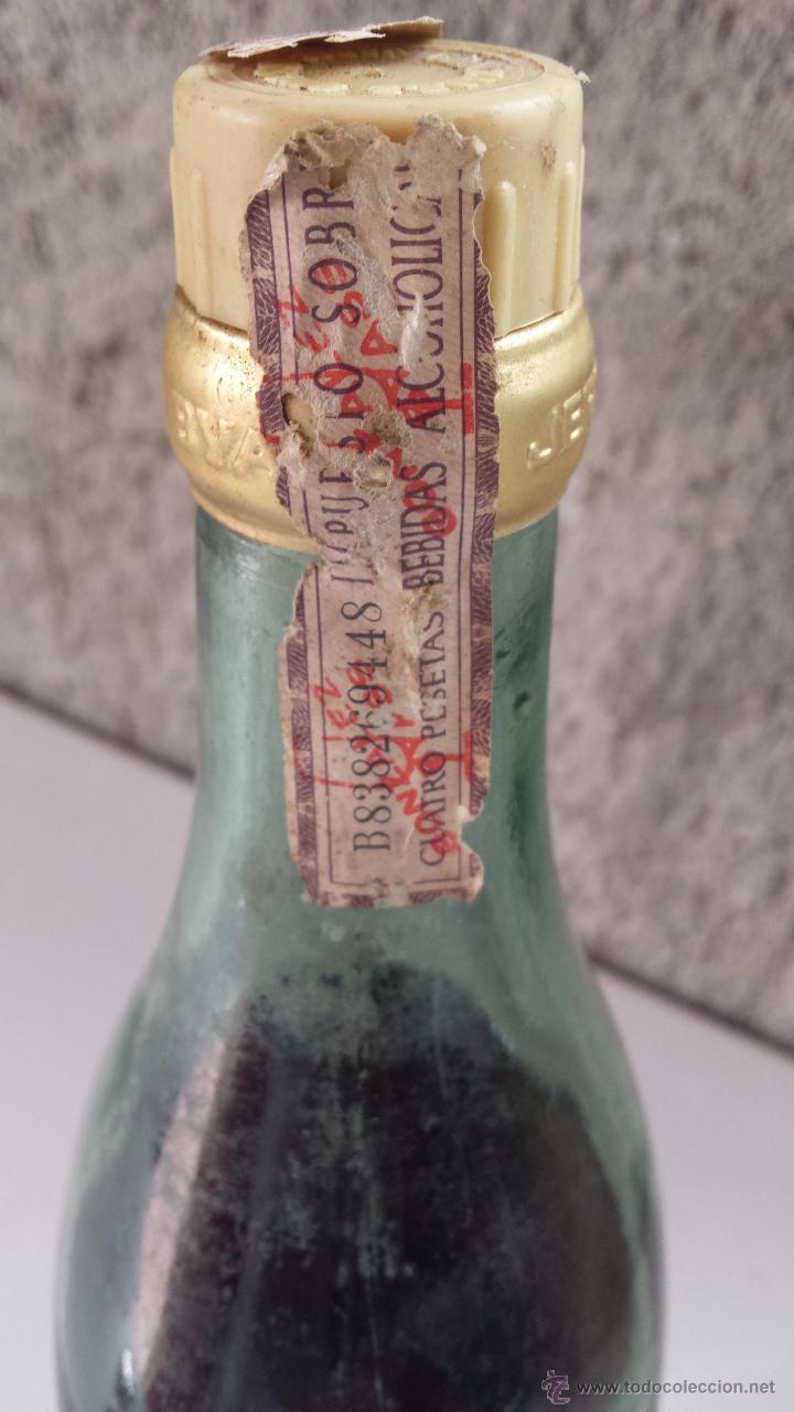 Coleccionismo de vinos y licores: botella de brandy soberano, 1 litro. sello 4 ptas. sin abrir - Foto 2 - 51193754