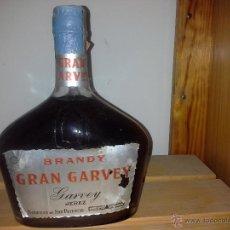 Coleccionismo de vinos y licores: BOTELLA ANTIGUA DE BRANDY GRAN GARVEY BODEGAS SAN PATRICIO FORMA RARA DE BOTELLA AÑOS 60 80 CENTIMOS. Lote 51461523