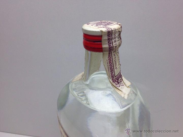 Coleccionismo de vinos y licores: RARA BOTELLA DE GINEBRA GIN M.G.PRECINTO 80 CTS DESTILERIAS MANUEL GIRO - Foto 2 - 167642126