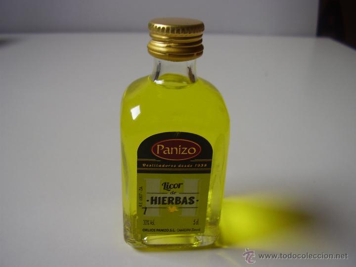 BOTELLA DE LICOR DE HIERVAS, MINIATURA,DE VIDRIO,LLENA (Coleccionismo - Botellas y Bebidas - Vinos, Licores y Aguardientes)