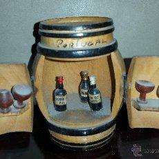 Coleccionismo de vinos y licores: MINIATURA DE BARRIL CON BOTELLAS DE OPORTO,POTUGAL. Lote 54303667