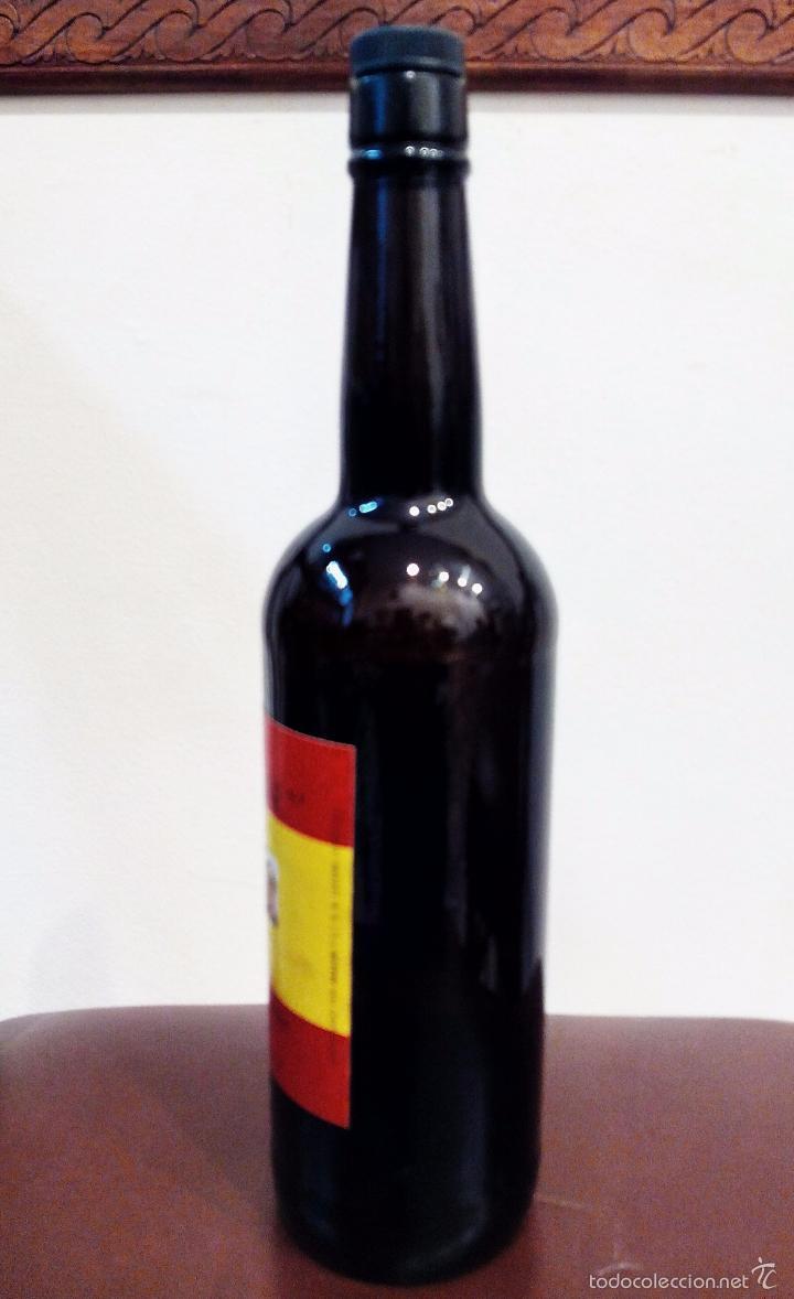 Coleccionismo de vinos y licores: ANTIGUA BOTELLA DE FINO HOMENAJE FRANCO - VACÍA. - Foto 3 - 55570503
