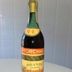 Coleccionismo de vinos y licores: RARISIMA BOTELLA DE BRANDY ENTORCHADO V.O. CORNELLA DE LLOBREGAT BARCELONA 80 CENTIMOS OCHENTA LUJO. Lote 56026016