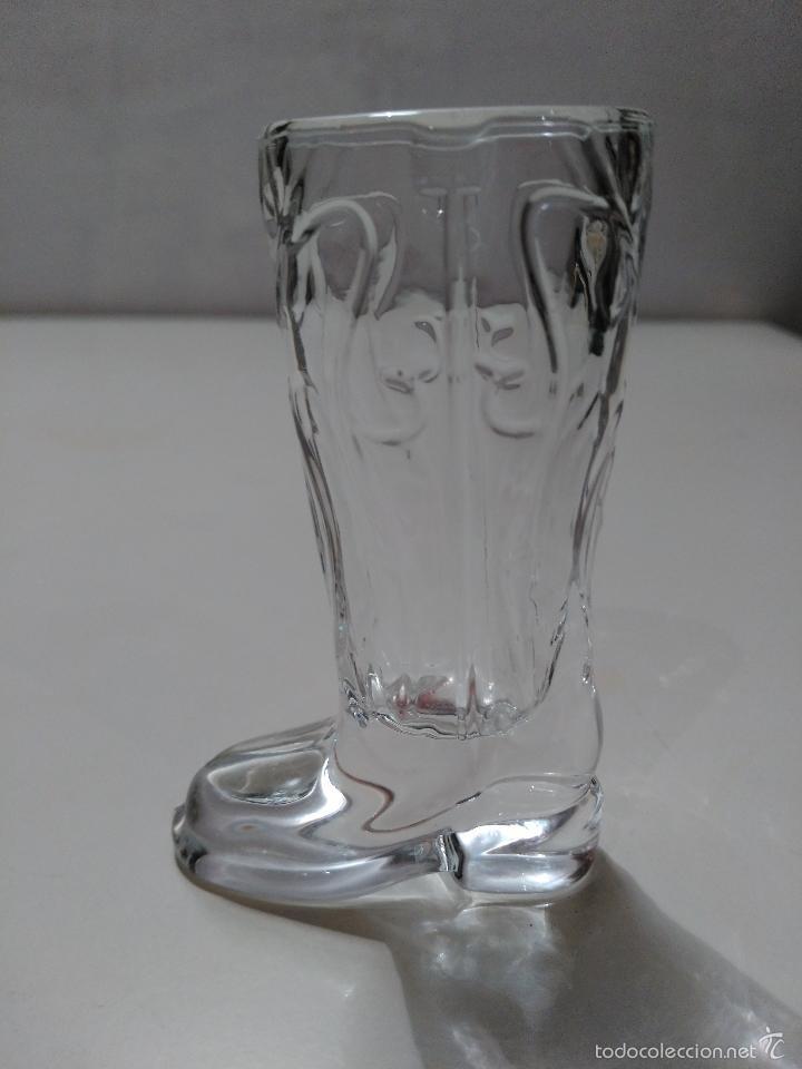 VASO DE CHUPITO DE CRISTAL EN FORMA DE BOTA. (Coleccionismo - Botellas y Bebidas - Vinos, Licores y Aguardientes)