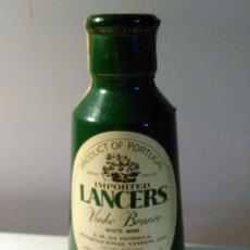 Coleccionismo de vinos y licores: BOTELLIN DE VINO BLANCO LANCERS IMPORTADO DE PORTUGAL. J.M. DA FONSECA. PORTUGAL.. Lote 58583367