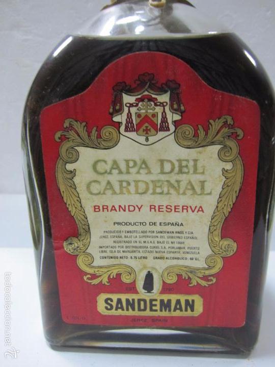 Coleccionismo de vinos y licores: BOTELLA DE BRANDY RESERVA. CAPA DEL CARDENAL. SANDEMAN. JEREZ DE LA FRONTERA. - Foto 2 - 194881380