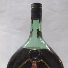 Coleccionismo de vinos y licores: BOTELLA GRANDE DE BRANDY MAGNO. OSBORNE. PUERTO DE SANTA MARIA. 28,8 CM ALTO. 19 CM ANCHO.. Lote 59819492