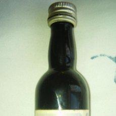 Coleccionismo de vinos y licores: ANTIGUO BOTELLIN QUITAPENAS. Lote 60200279