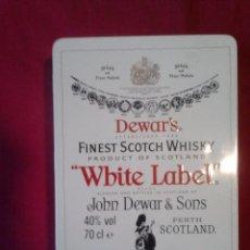 Coleccionismo de vinos y licores: VIEJA LATA FINEST SCOTCH WHISKY WHITE LABEL DEWAR'S. BOTELLITA 50 CL. 2 BARAJAS FOURNIER, 20 MONEDAS. Lote 60877911