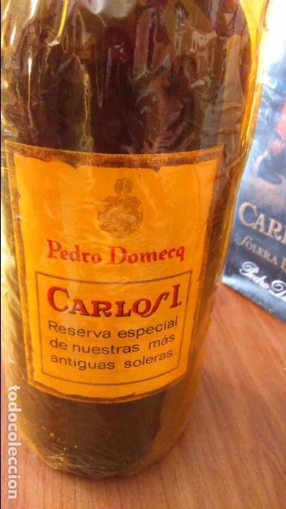 Coleccionismo de vinos y licores: Botella de brandy solera especial carlos I, precinto 4 pts - Foto 3 - 61970740