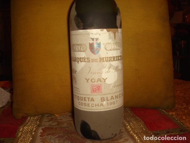 Coleccionismo de vinos y licores: ANTIGUA BOTELLA DE VINO DE RIOJA MARQUES DE MURRIETA. ETIQUETA BLANCA. COSECHA 1967 - Foto 2 - 68849909