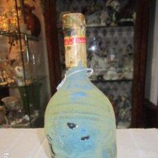 Coleccionismo de vinos y licores: ANTIGUA BOTELLA DE LICOR, CON CARAS. 28 CMS.. Lote 76843495
