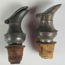 Coleccionismo de vinos y licores: PAREJA DE TAPONES DECANTADORES PARA BOTELLAS. METAL Y CORCHO. CIRCA 1950.. Lote 80102993