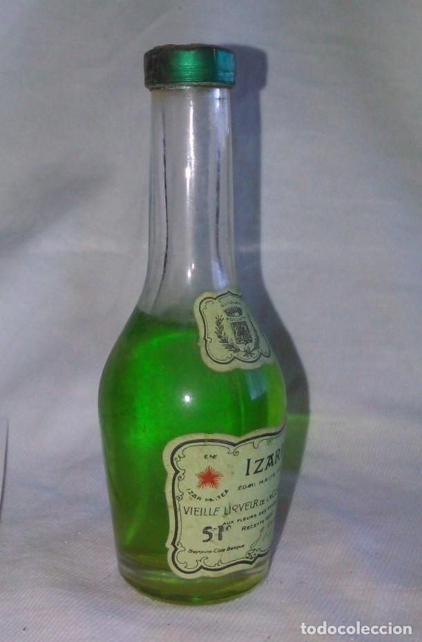 Coleccionismo de vinos y licores: BOTELLÍN DE IZARRA, LICOR DE LA COSTA VASCA. PAIS VASCO. A8123. - Foto 2 - 85342952