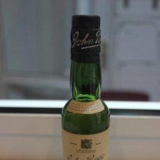 Coleccionismo de vinos y licores: BOTELLIN OLD SCOTCH WHISKY JOHN BEGG, BLUE CAP.. JOHN BEGG LTD, LONDON. 13,5 CMS. Lote 87029536