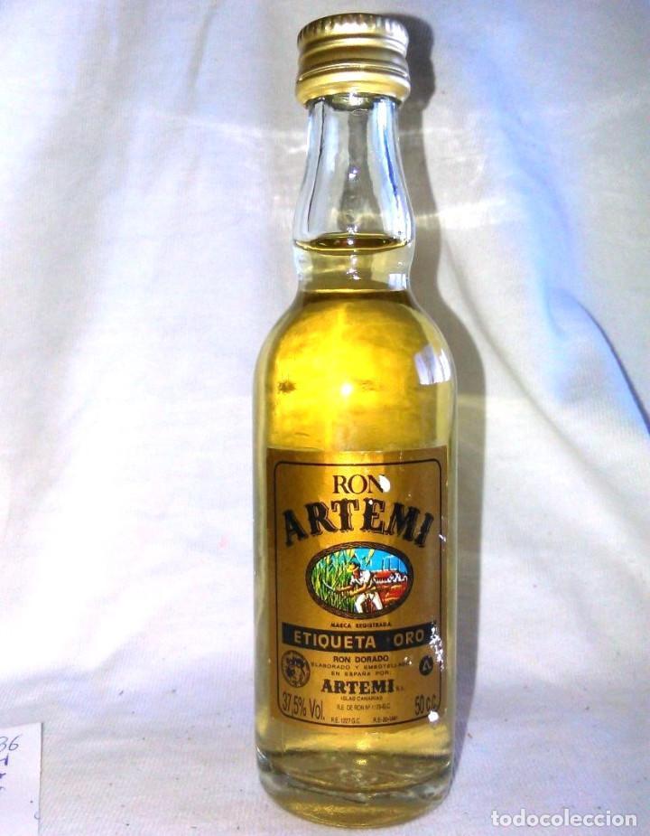 BOTELLIN DE RON DORADO ARTEMI, S.A. ETIQUETA ORO. BOTELLITA ANTIGUA, ISLAS CANARIAS. A8617. (Coleccionismo - Botellas y Bebidas - Vinos, Licores y Aguardientes)