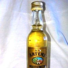 Coleccionismo de vinos y licores: BOTELLIN DE RON DORADO ARTEMI, S.A. ETIQUETA ORO. BOTELLITA ANTIGUA, ISLAS CANARIAS. A8617.. Lote 87483396
