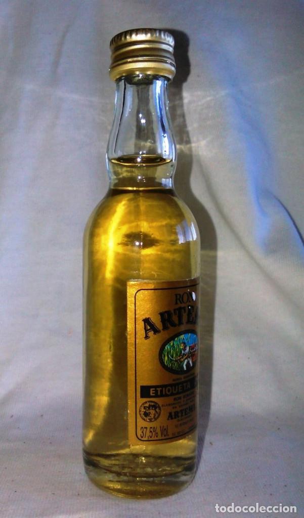 Coleccionismo de vinos y licores: Botellin de Ron dorado Artemi, S.A. Etiqueta oro. Botellita antigua, Islas Canarias. A8617. - Foto 2 - 87483396