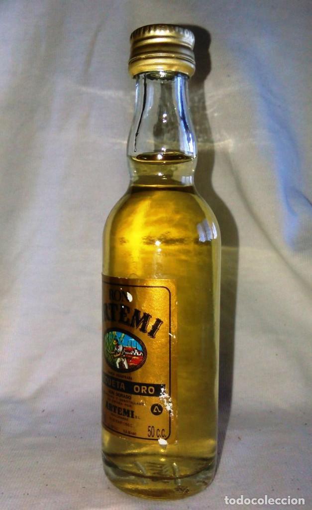 Coleccionismo de vinos y licores: Botellin de Ron dorado Artemi, S.A. Etiqueta oro. Botellita antigua, Islas Canarias. A8617. - Foto 3 - 87483396
