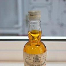 Coleccionismo de vinos y licores: BOTELLÍN DE WHITE LABEL.FINEST SCOTCH WHISKY GREAT AGE.JOHN DEWAR & SONS , SCOTLAND. 12 CMS. Lote 87579332