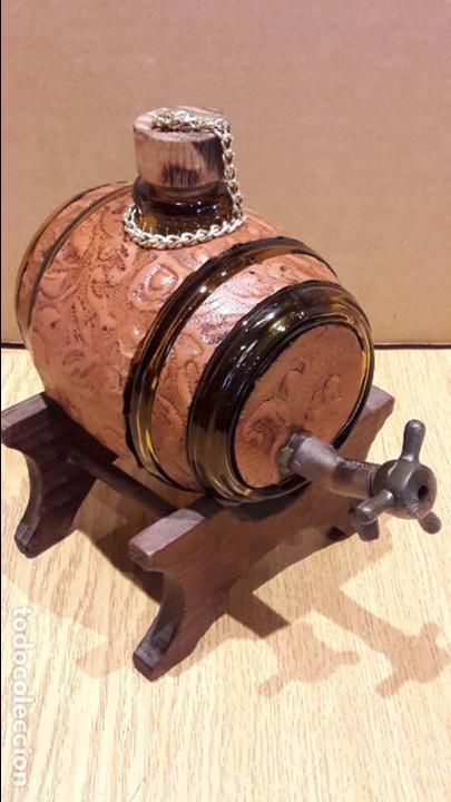 BARRILITO DE CRISTAL PARA LICORES. GRIFO DE LATÓN / PIE DE MADERA. 17 X 12 CM SIN PIE. (Coleccionismo - Botellas y Bebidas - Vinos, Licores y Aguardientes)