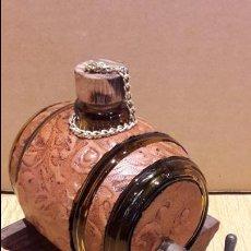 Coleccionismo de vinos y licores: BARRILITO DE CRISTAL PARA LICORES. GRIFO DE LATÓN / PIE DE MADERA. 17 X 12 CM SIN PIE.. Lote 97524319