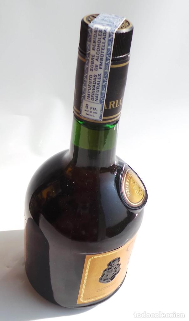 Coleccionismo de vinos y licores: BOTELLA BRANDY CARLOS I - PRECINTO 8 PESETAS - 750ML - Foto 5 - 97611935