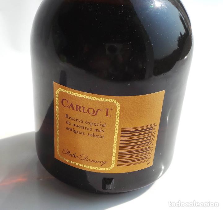Coleccionismo de vinos y licores: BOTELLA BRANDY CARLOS I - PRECINTO 8 PESETAS - 750ML - Foto 8 - 97611935