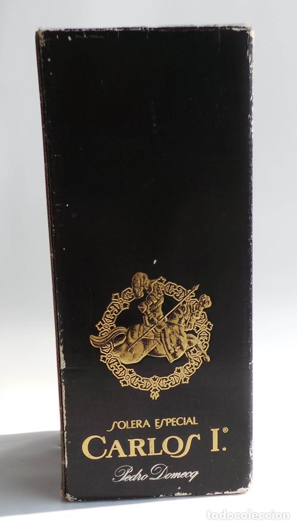 Coleccionismo de vinos y licores: BOTELLA BRANDY CARLOS I - PRECINTO 8 PESETAS - 750ML - Foto 9 - 97611935
