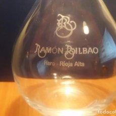 Coleccionismo de vinos y licores: DECANTADOR DE VINO DE BODEGAS RAMÓN BILBAO. HARO. RIOJA ALTA. Lote 98909355