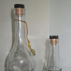 Coleccionismo de vinos y licores: LICOR CARMELITANO, BENICASIM, CASTELLÓN. PAREJA DE BOTELLAS. DIBUJOS EN RELIEVE. Lote 100080743
