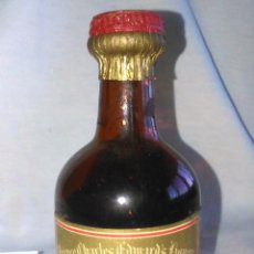 Coleccionismo de vinos y licores: BOTELLIN. DRAMBUIE, PRINCE CHARLES EDWARDS LIQUEUR. BOTELLA ANTIGUA DE LICOR EN MINIATURA. A0809.. Lote 68754561
