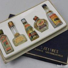 Coleccionismo de vinos y licores: CAJA COLECCIÓN DE CINCO BOTELLAS PEQUEÑAS DE VODKA , BRANDY Y ECT. RARO BUEN ESTADO. Lote 102424023