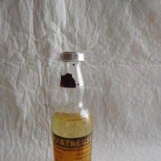 Coleccionismo de vinos y licores: M69 BOTELLA MINIATURA LICOR CHARTREUSE ETIQUETA AMARILLA. COMPLETO. NUNCA ABIERTO. PRECINTADA.. Lote 102520251