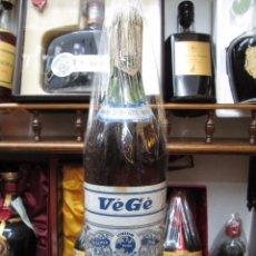 Coleccionismo de vinos y licores: ANTIGUA BOTELLA VÈGÈ BRANDY COÑAC VIEJO, UNIÒN EUROPEA, IMPUESTO DE 40 CTS, DECADA AÑOS 50-60. Lote 102702187