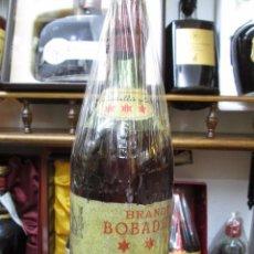 Coleccionismo de vinos y licores: ANTIGUA BOTELLA DE BRANDY COÑAC, BOBADILLA 3 ESTRELLAS IMPUESTO DE 80 CTS, DECADA DE LOS AÑOS 50-60. Lote 103225203