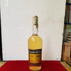 Coleccionismo de vinos y licores: BOTELLA LICOR CHARTREUSE DE LAS GRANDES AMARILLO MÁS DE 40 AÑOS PRECINTO DE FRANCO 8 PESETAS. Lote 104281044