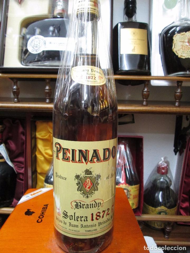 ANTIGUA BOTELLA DE BRANDY COÑAC, PEINADO 1872 IMPUESTO DE 8 PTS, DECADA AÑOS -70-80 (Coleccionismo - Botellas y Bebidas - Vinos, Licores y Aguardientes)