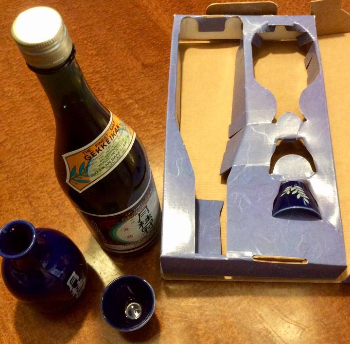 Coleccionismo de vinos y licores: Gekkeikan Sake original Japón. Set de una botella de 750ml. Con dos vasos y una jarra de porcelana. - Foto 8 - 108420071