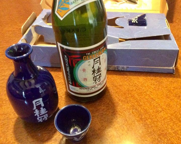 Coleccionismo de vinos y licores: Gekkeikan Sake original Japón. Set de una botella de 750ml. Con dos vasos y una jarra de porcelana. - Foto 10 - 108420071