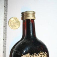 Coleccionismo de vinos y licores: RATAFIA DE MONTSERRAT *** ANTIGUA BOTELLA MINI DE LICOR *** (CON LIQUIDO). Lote 109210599