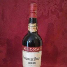 Coleccionismo de vinos y licores: BOTELLA ANTIGUA OLOROSO SECO ALFONSO GONZALEZ BYASS JEREZ DE LA FRONTERA. Lote 112338395