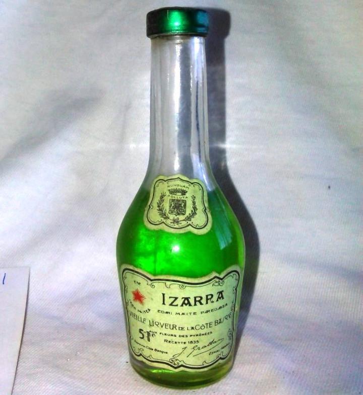 BOTELLÍN DE IZARRA, LICOR DE LA COSTA VASCA. PAIS VASCO. A8123. (Coleccionismo - Botellas y Bebidas - Vinos, Licores y Aguardientes)