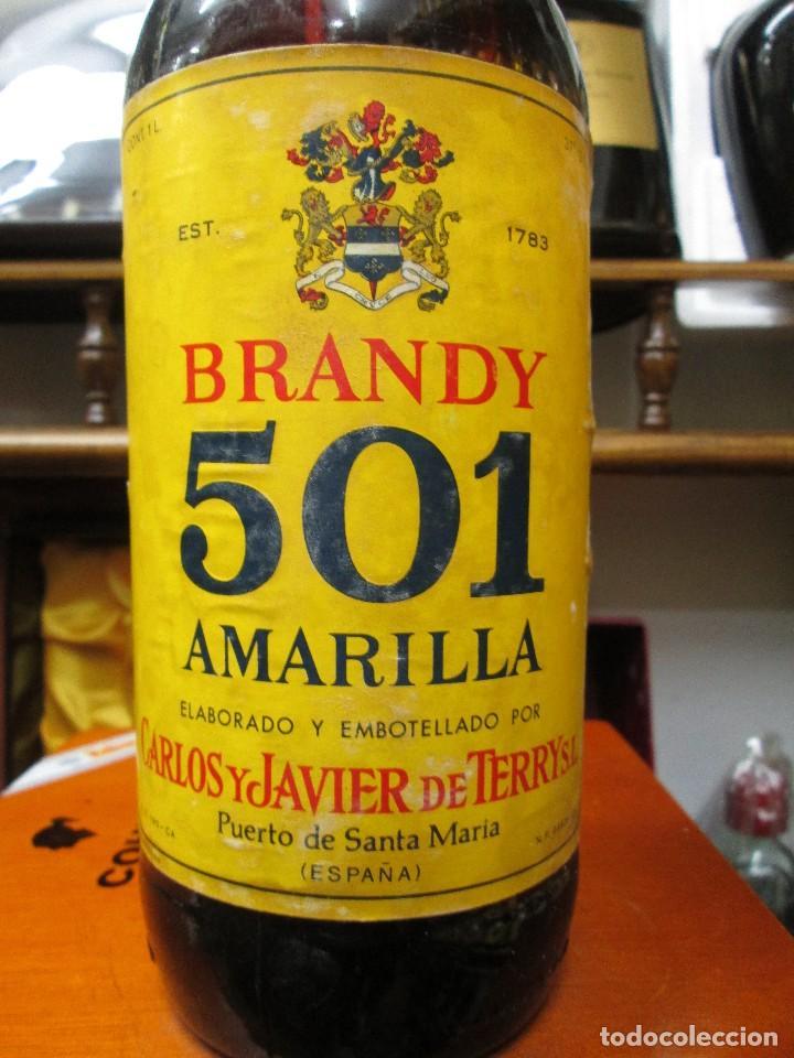 Coleccionismo de vinos y licores: ANTIGUA BOTELLA BRANDY COÑAC, 501 AMARILLA 1783 DE IMPUESTO DE 4 PTS, DECADA 60-70 - Foto 2 - 114456667